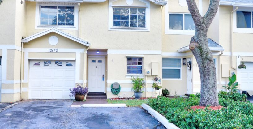 Open Floor Plan, Large Cooper City Townhome!