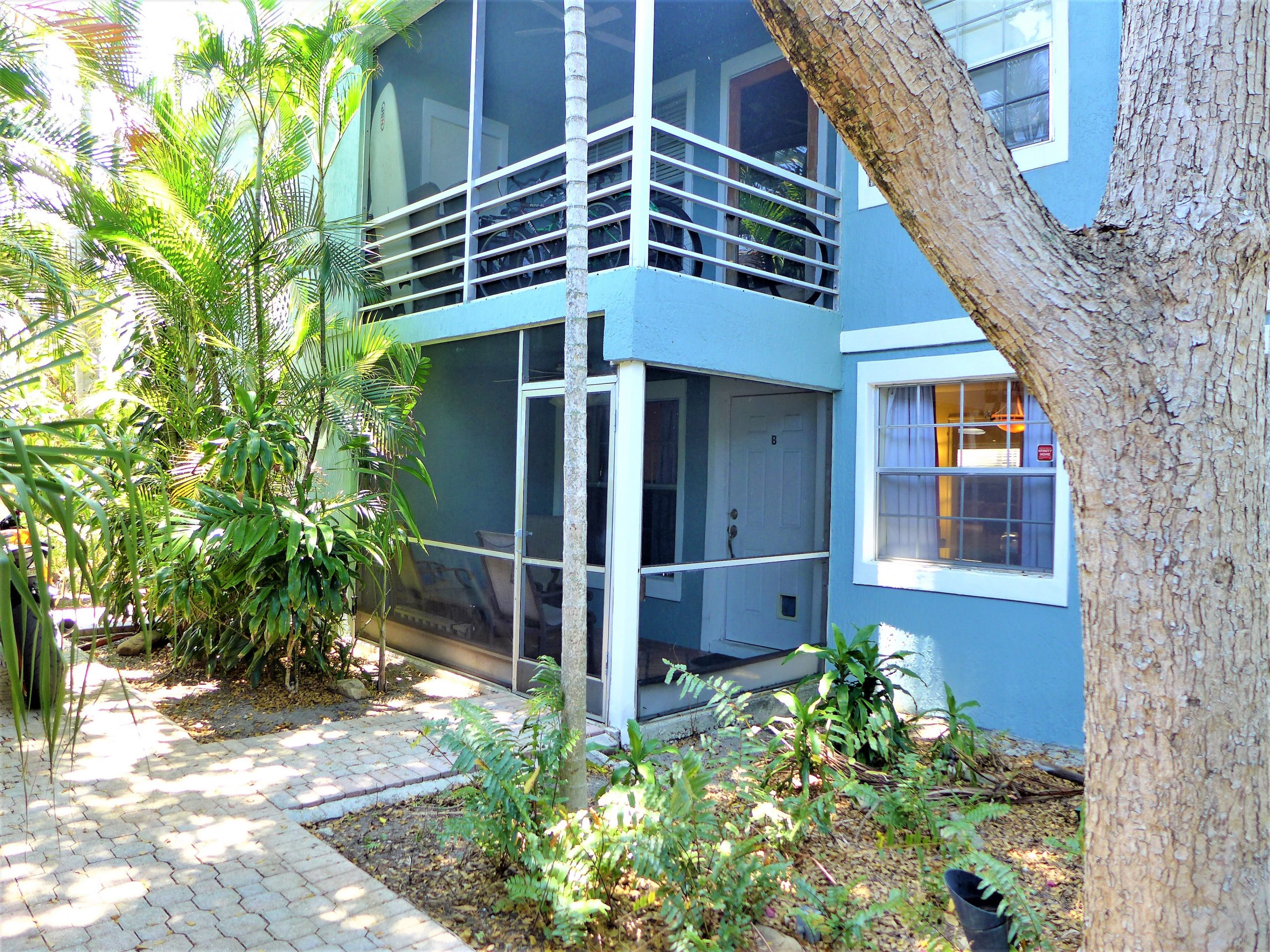 Tropical 3/2 Minutes From Beach